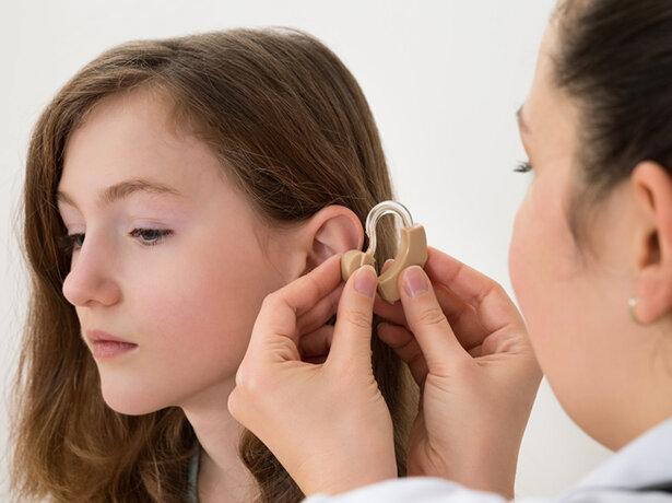 Appareiller tôt et efficacement un enfant malentendant améliore son langage